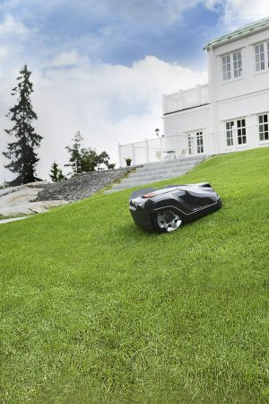 image robot automower en pente